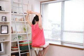 肩をすくめる姿勢はNG。人から最も見られるのは背中