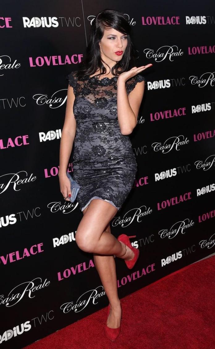 Alexis Knapp sexy look