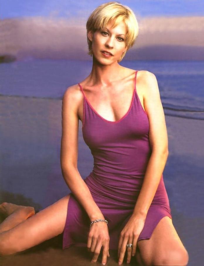 Jenna Elfman hot