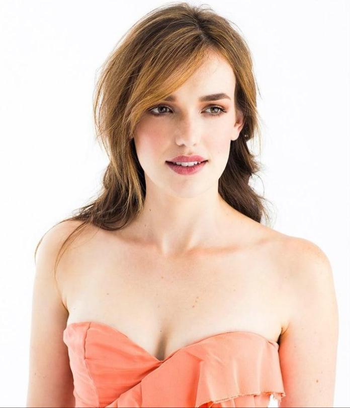 Elizabeth Henstridge sexy