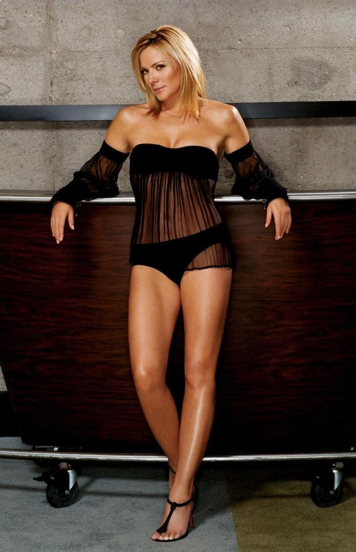 Kim Cattrall sexy look
