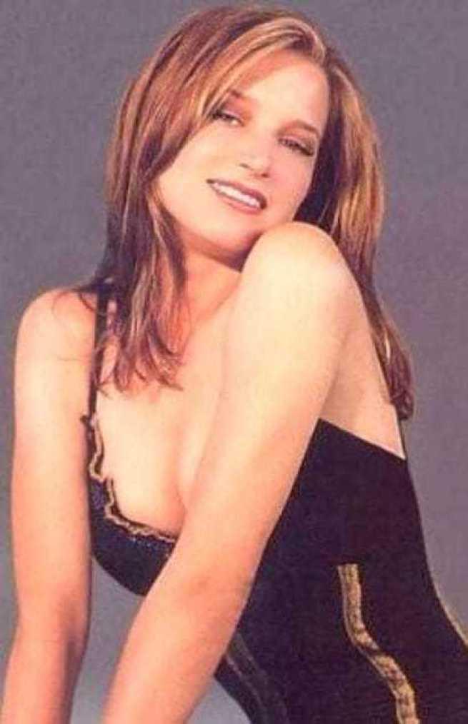 Bridget Fonda sexy cleavage pics