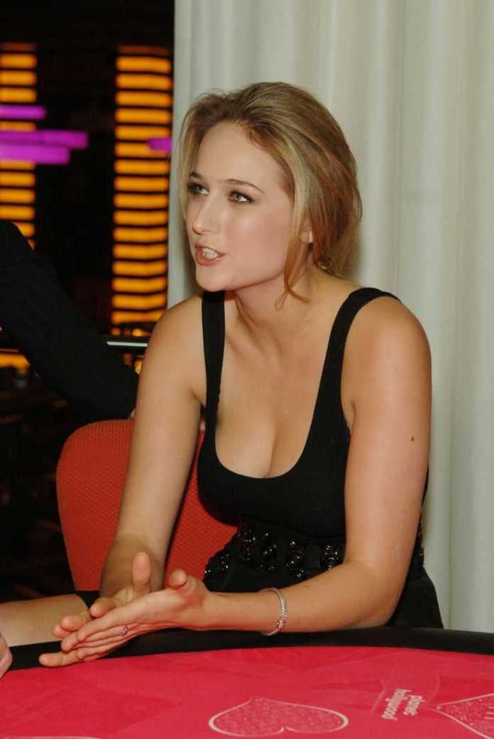 Leelee Sobieski busty pictures