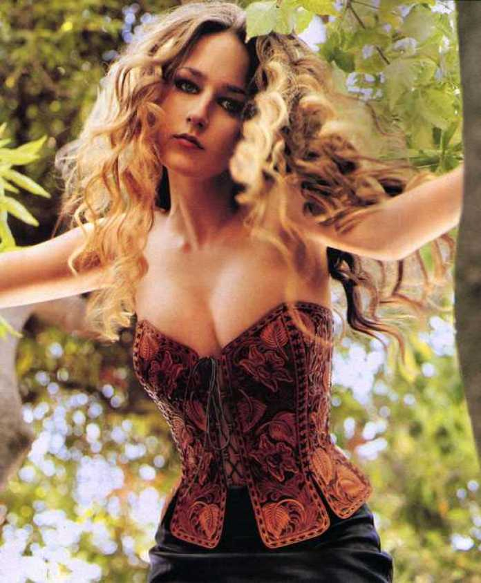 Leelee Sobieski sexy tits pics