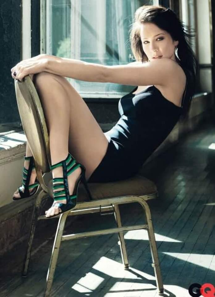 Lynn Collins sexy legs