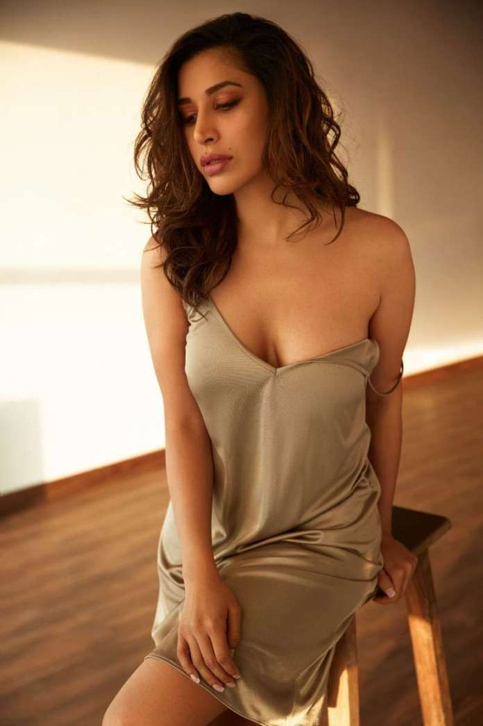 Sophie Choudry hot