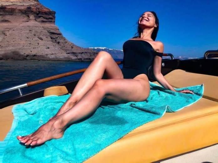 Mayra Veronica sexy legs