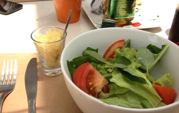 Salada verde, tomates frescos e folhas de basílico