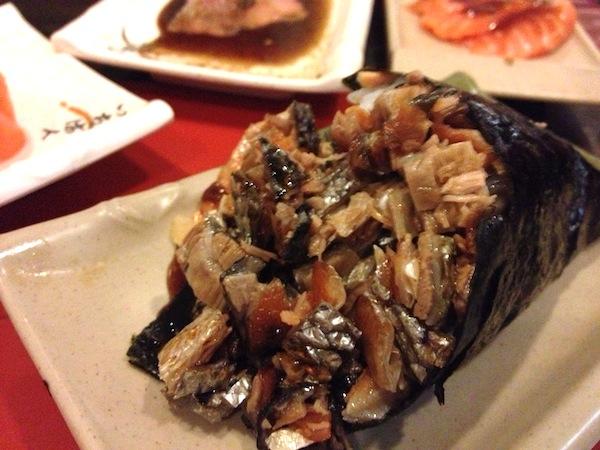 Temaki skin: cone de nori recheada com arroz e pele de salmão frita com molho tarê