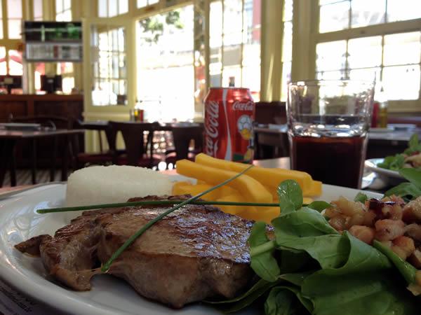 Entrecot, salada de rúcula com bacon, polenta frita, arroz branco e farofa