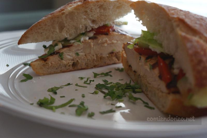 Sandwich de pollo asado estilo oriental