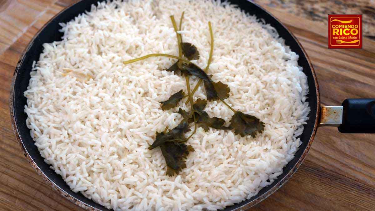 arroz blanco en el sarten, comiendo rico
