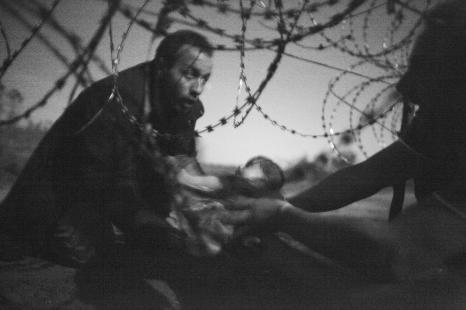 """Frontera de Serbia y Hungria. Estaba exhausto cuando tomé la imagen. Era alrededor de las tres en punto de la mañana y no podía usar el flash ya que la policía estaba tratando de encontrar a esta gente... por eso sólo usé la luz de la luna"""". By Warren Richardson. #Refugiados"""