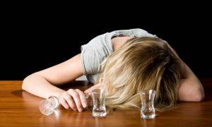 酒に飲まれる女