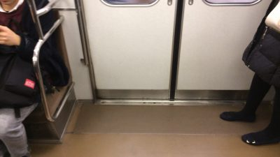 電車は狭い