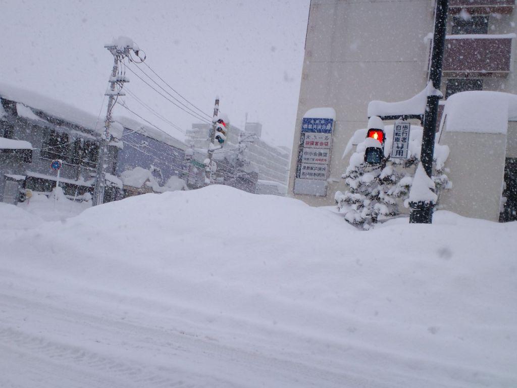 横断歩道が雪で封鎖