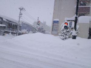 青森あるある:横断歩道が雪で封鎖