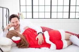 クリスマスコスプレ女を抱く男