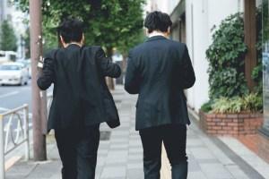 スーツ二人組