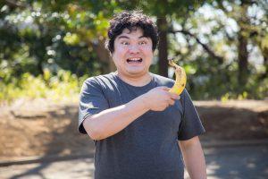 バナナを持つ男性