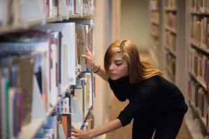 本を探している女性