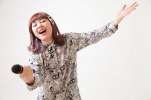 オーディエンスにサビを歌わせる女性ボーカル