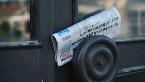 取っ手に配達された新聞紙
