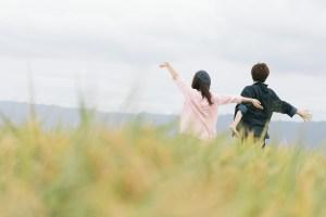 自然を満喫するもんぺ姿の夫婦
