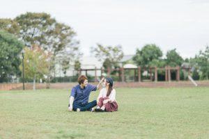 大刀洗公園の芝の上で休日デートする夫婦