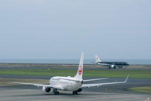 離陸開始ポイントの飛行機と着陸機(山口宇部空港)
