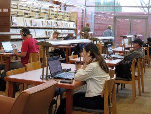 図書館でパソコンを使う女性