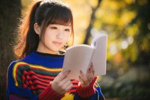 紅葉の秋とマルチカラーな読書女子