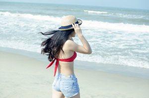 ビーチにいるアジア女性