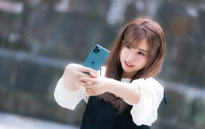 iPhone 11 Pro で自撮り女子