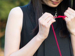 赤い糸で結ばれた女性