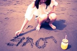 砂浜に「LOVE」