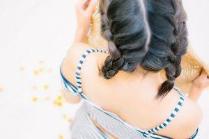 髪の毛を編み込んだ女子
