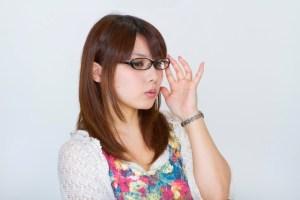 メガネを直す女性