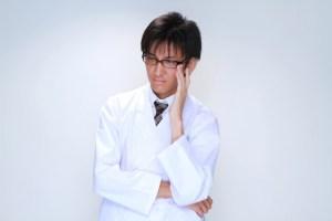 メガネを直す白衣の男性