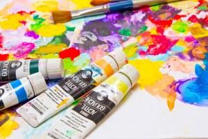 散らばった絵の具とパレット