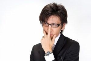 メガネを直すビジネスマン