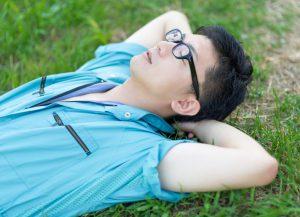 芝生に寝転ぶ