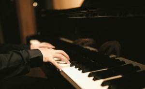 ピアノを奏でる
