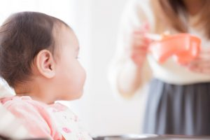 離乳食に熱い視線を送る赤ん坊