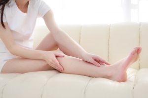 脱毛した細い女性の脚