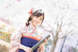 桜の花と卒業証書