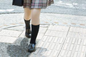 歩道を歩く女子高生