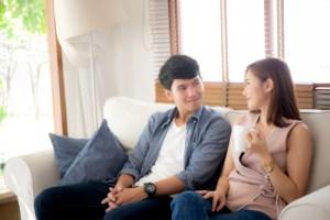 ソファに座るカップル