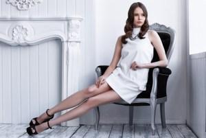 白い短いドレスを着た女性