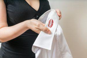 白いシャツに赤い口紅